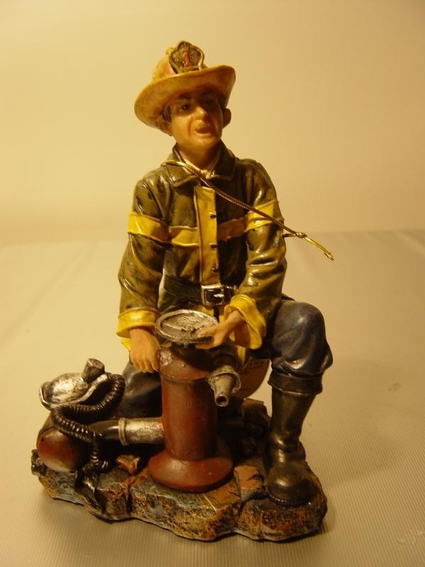Brandweerman op knie met brandblusapparaat