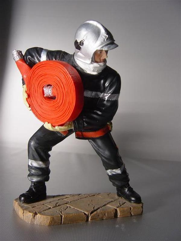 brandweerman rolt slang af