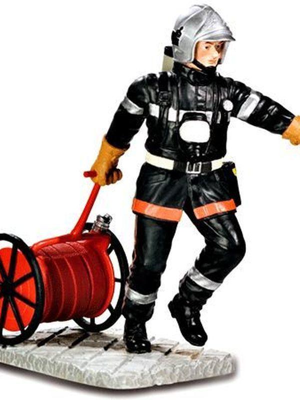 Brandweerman trekt slangenwagen