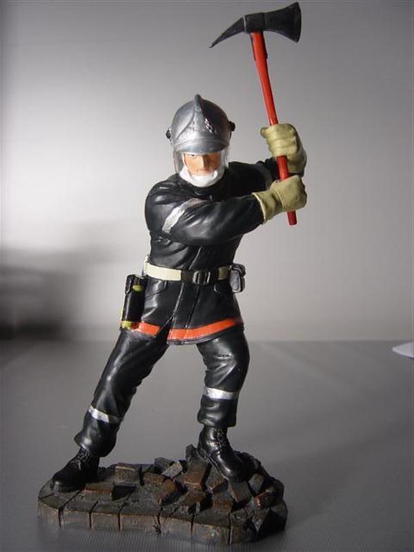 Brandweerman met bijl